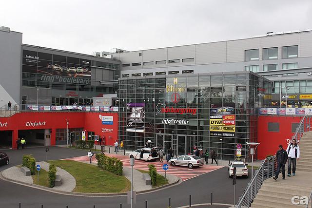 Nurburgring主建築物中有許多專屬精品店,車迷到這裡要顧好荷包。