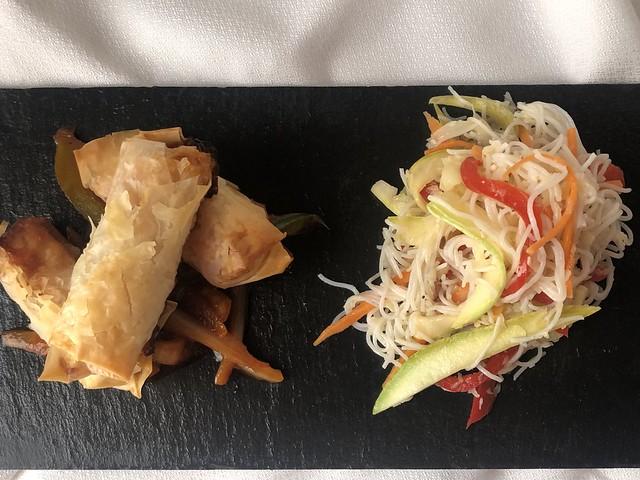 Ensalada tailandesa y pollo crujiente agridulce