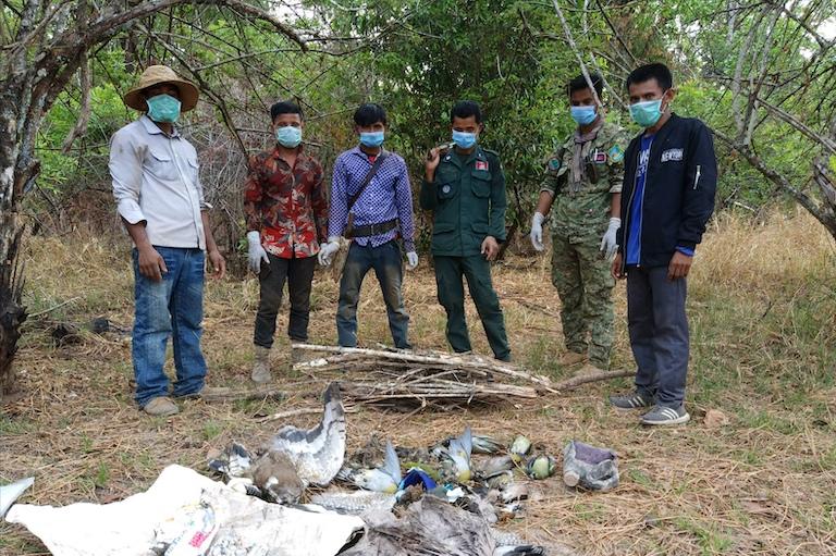 社區護管員找到的鳥屍與農藥。圖片來源:WCS