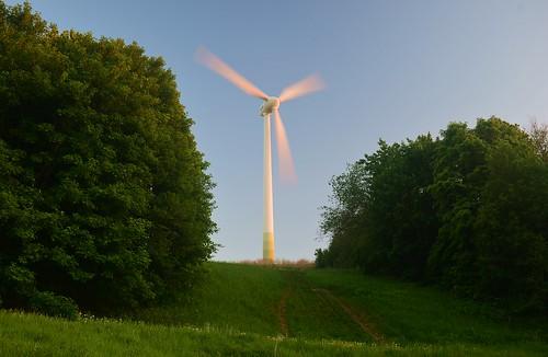 germany deutschland bayern bavaria munich münchen fröttmaning müllberg landfill berg windkraftanlage wind turbine windrad blue sky blauer himmel ©allrightsreserved