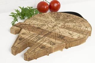 廚房裡掀起的銀河速切傳說!Promi Design《星際大戰》千年鷹號木製切菜板(Millenium Falcon Wood Cutting Board)