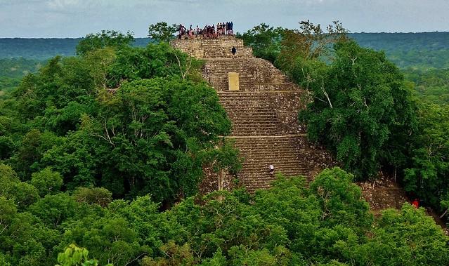MEXICO, Mayastätte Calakmul, inmitten eines unendlich scheinenden Dschungels. verborgen, versteckt im tiefen Urwald , Blick auf die Struktur 1 die höchste Tempelpyramide, welche den grünen Dschungel überragt , grandios, 19756/12680