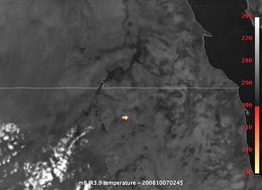 VCSE - az európai Meteosat-8 műhold által észlelt infravörös felvillanás, amit a meteor légkörbeni robbanása okozott (kép közepén a sárgás-narancssárgás fotl). Jobbra a Vörös-tenger infravörös képe tűnik fel a partvonalon túl.- Forrás: Meteosat