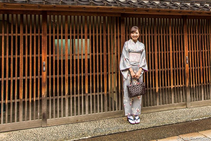 Mulher de quimono no bairro de gueixa Higashi-chaya de Kanazawa