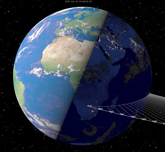 VCSE - A 2014 AA kisbolygó pályája a Földhöz képest becsapódása előtti percekben-órákban. A kép kattintásra megnő. - Forrás: wikipédia