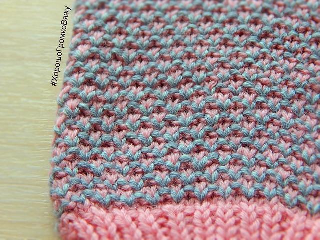 Двухцветные варежки жемчужным узором с перебивкой, он же узор Broken seed stitch | HoroshoGromko.ru