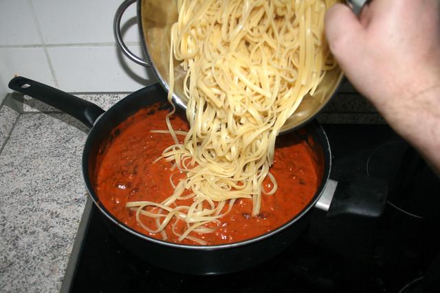 03 - Nudeln in Sauce geben / Put noodles in sauce