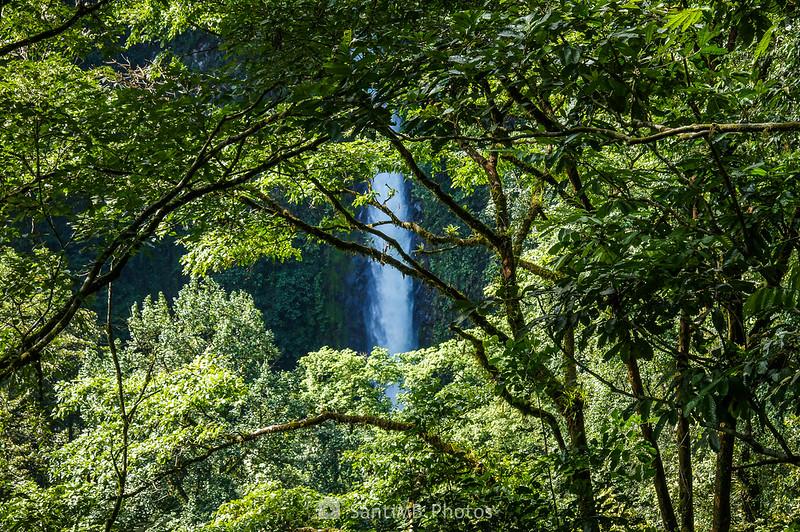 Catarata Río Fortuna desde las escaleras de metal