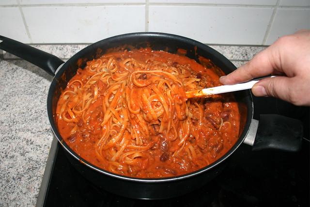 04 - Nudeln & Sauce vermischen / Mix noodles with sauce