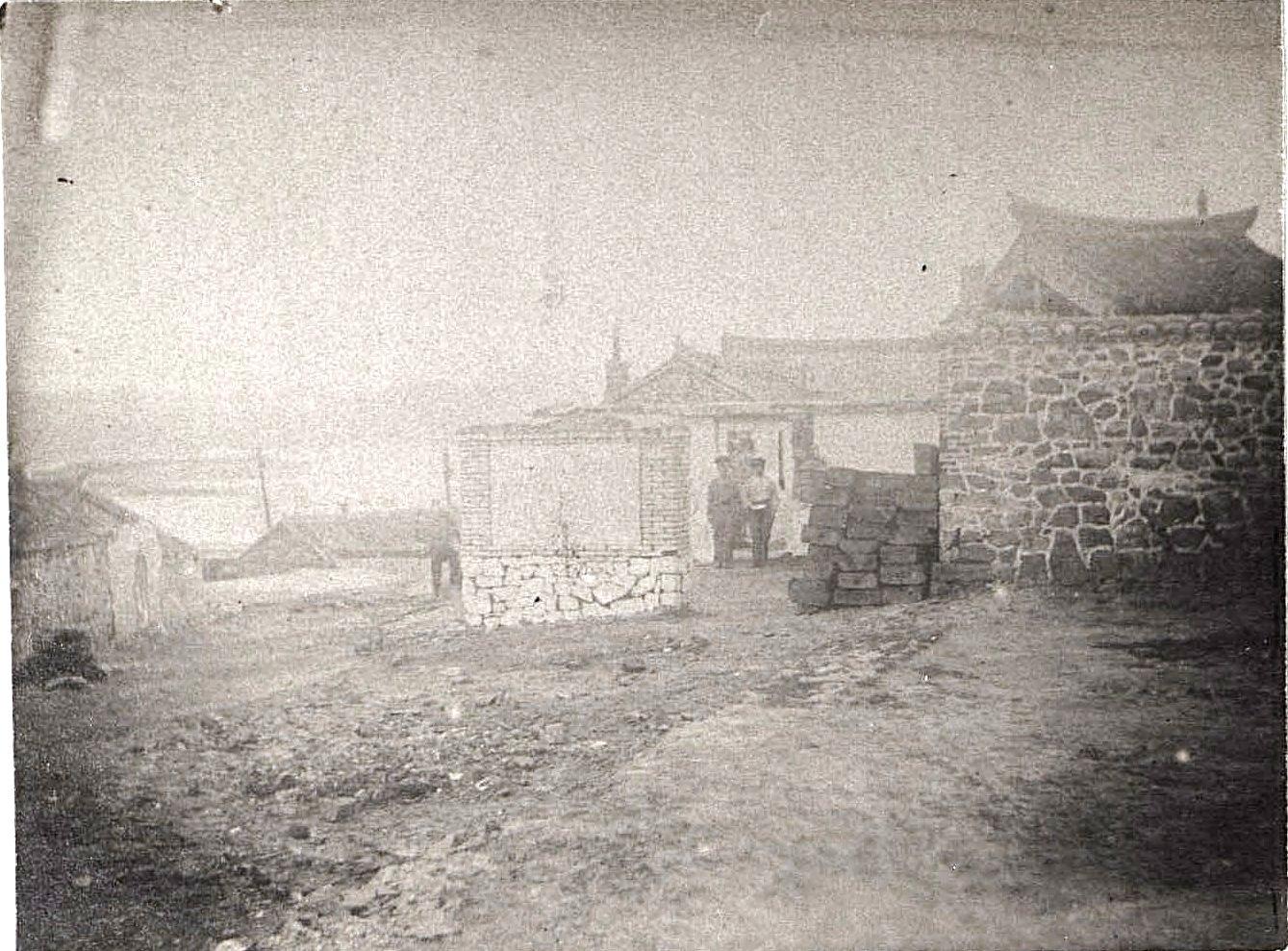 Порт-Артур. Военные около каменных построек