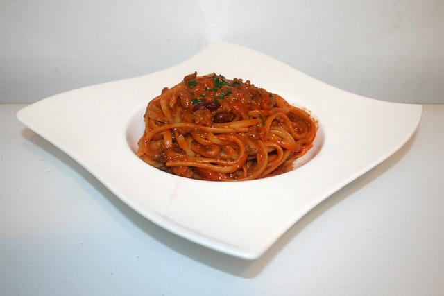 06 - Tagliatelle in mincemeat tomato cream sauce - Side view / Tagliatelle in Hackfleisch-Tomaten-Sahnesauce - Seitenansicht