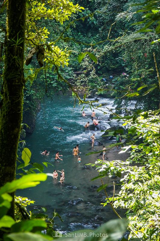 Gente bañándose en el río Fortuna