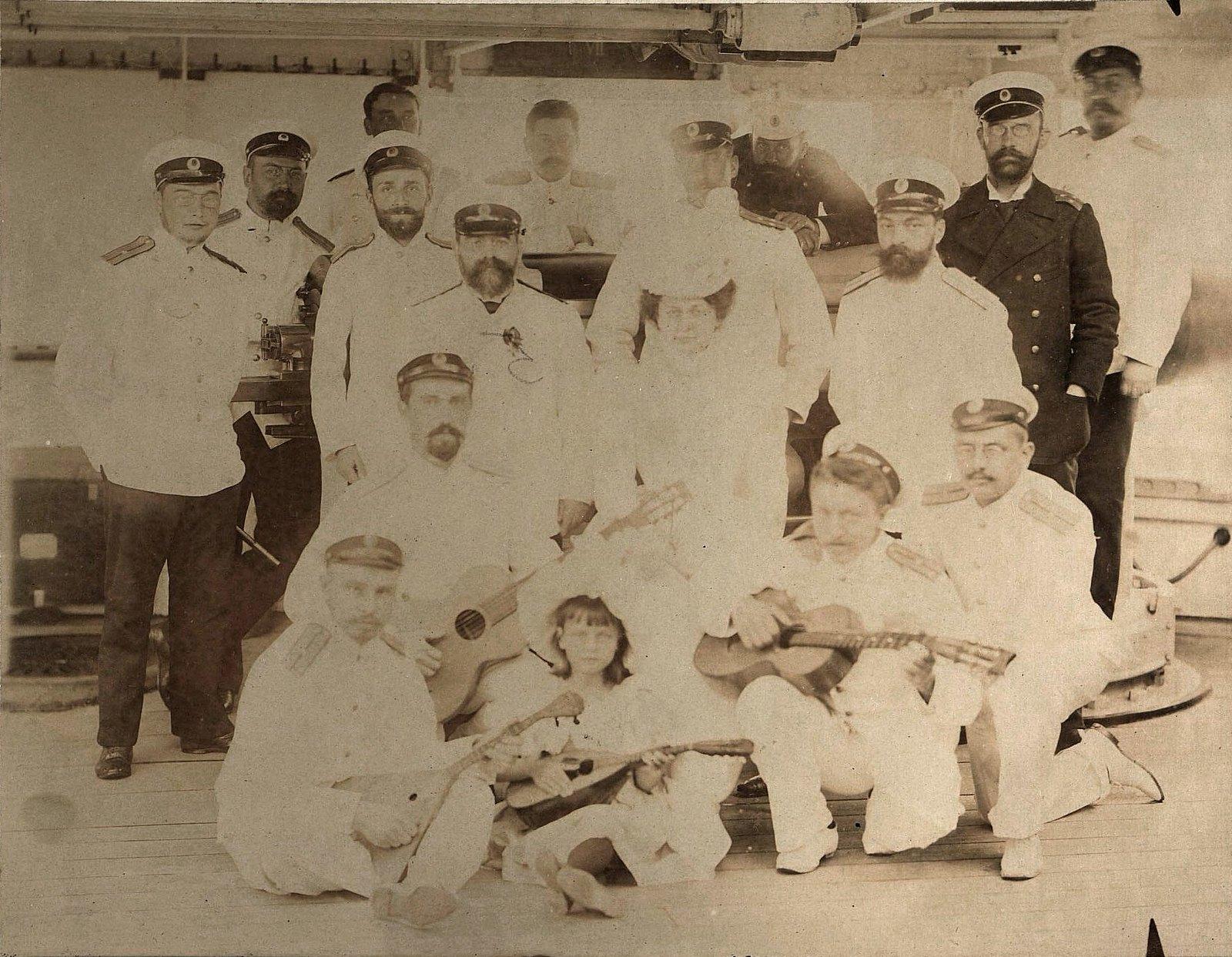 Левицкая О. и другие на борту крейсера «Владимир Мономах». 11 июля 1899