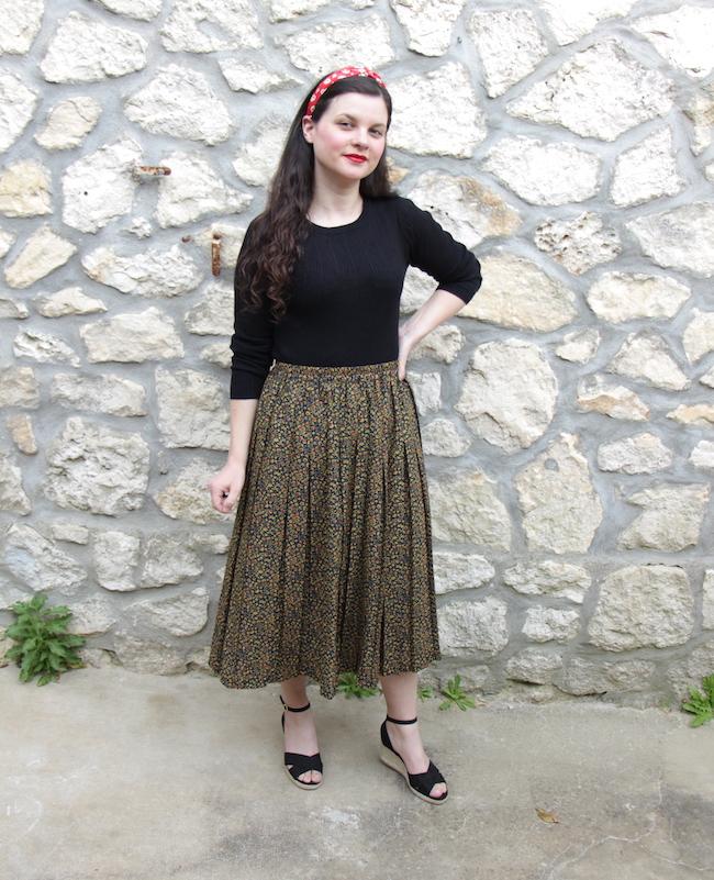 look-vintage-jupe-longue-plissee-top-noir-sandales-compensees-vintage-seconde-main-blog-mode-la-rochelle-2