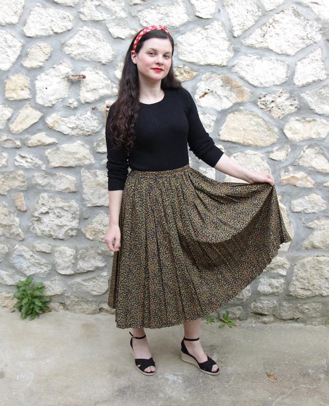 Look vintage en jupe longue plissée, top noir et sandales compensées