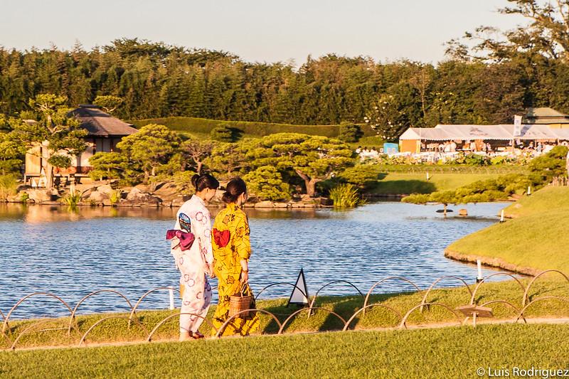 Jóvenes en yukata paseando por los jardines Koraku-en de Okayama