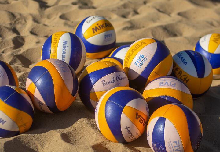 De Beachvolleybalschool weer op het Haagse strand