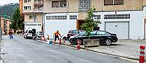 Operario de la Brigada municipal instala pivotes en Zerukoa