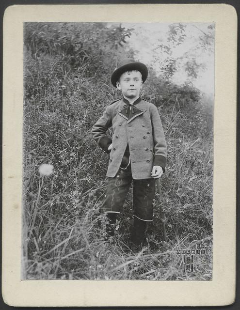 ArchivTappenW895 Jungenporträt am Wiesenhang, 1910er