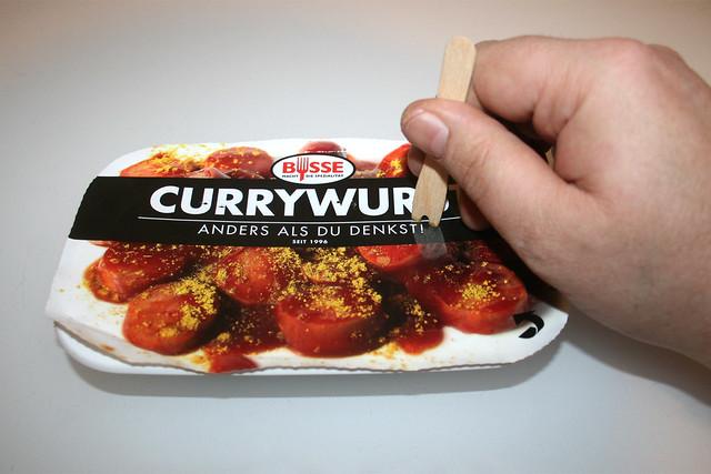 04 - Busse Currywurst - Abdeckfolie anstechen / Tap covering foil