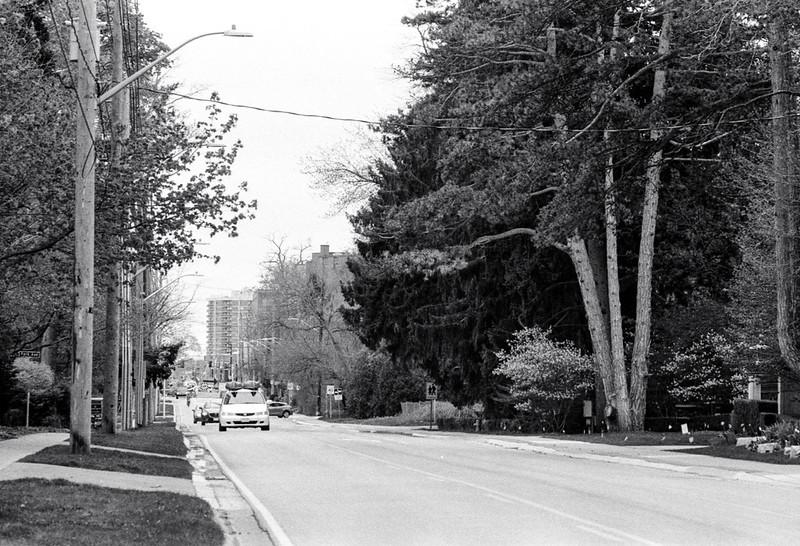 Traffic on Lakeshore Road East_