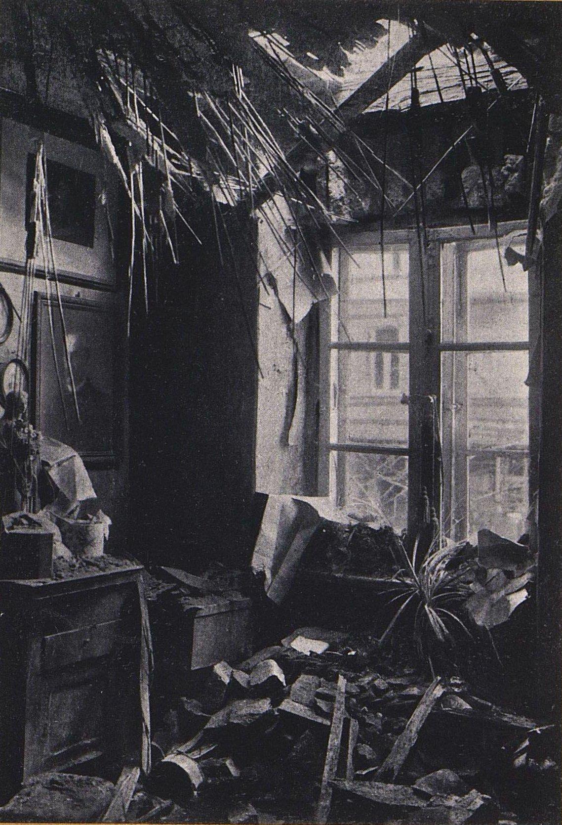 28.  Внутренний вид дома на Холодной ул. в Варшаве, куда упала бомба, брошенная с немецкого аэроплана