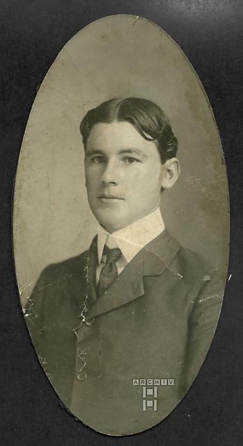 ArchivTappenW907 Ovalporträt, Junger Mann, 1900er