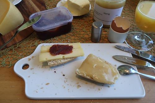 Mittelalter Gouda Waddenmax mit Pasta de Guayaba und Honig auf aktiv.plus-Weckerl