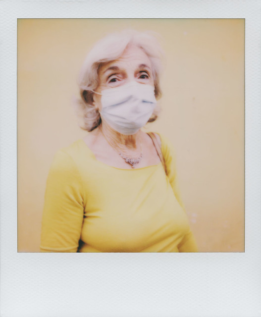 Signora in giallo con maschera