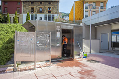 Los aseos públicos se están desinfectando para que la ciudadanía pueda hacer uso de estas instalaciones a partir de este jueves. En la imagen, el aseo ubicado frente a la estación de tren.