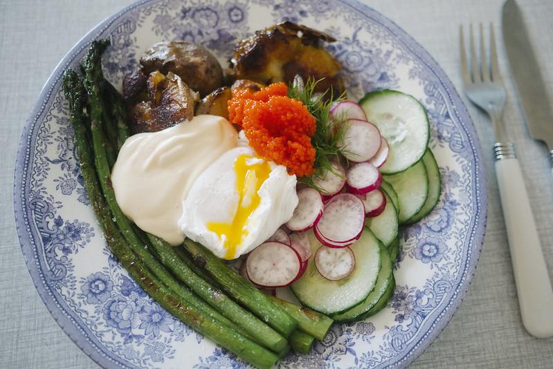 rostad potatis, sparris, pocherat ägg, hollandaise