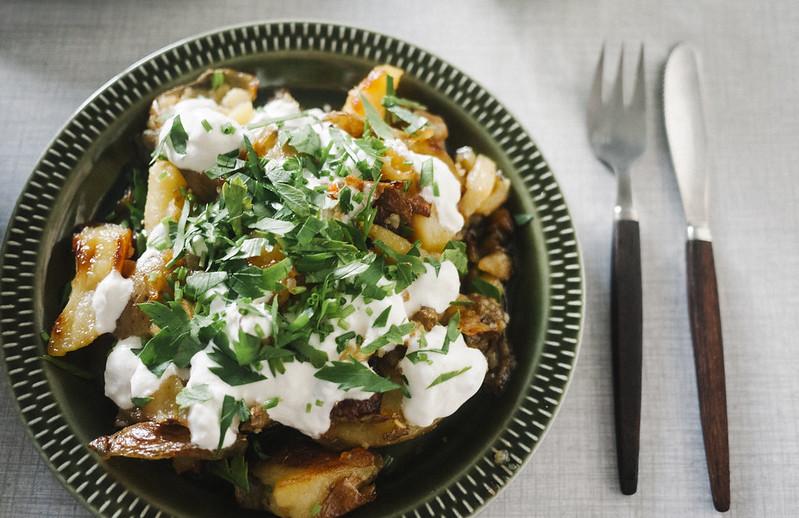 rostad potatis, gräddfil, chili
