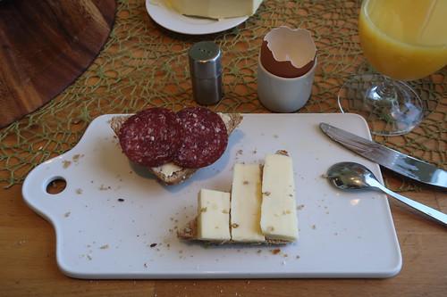 Rindersalami und Bockhornkleekäse auf Dinkel-Vollkorn-Weckerl