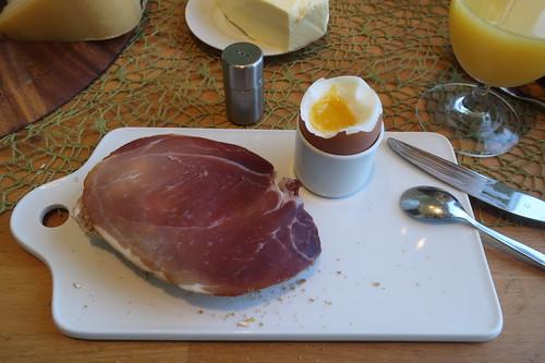 Geräucherter Schinken auf Hafer-Vollkorn-Weckerl zum Frühstücksei