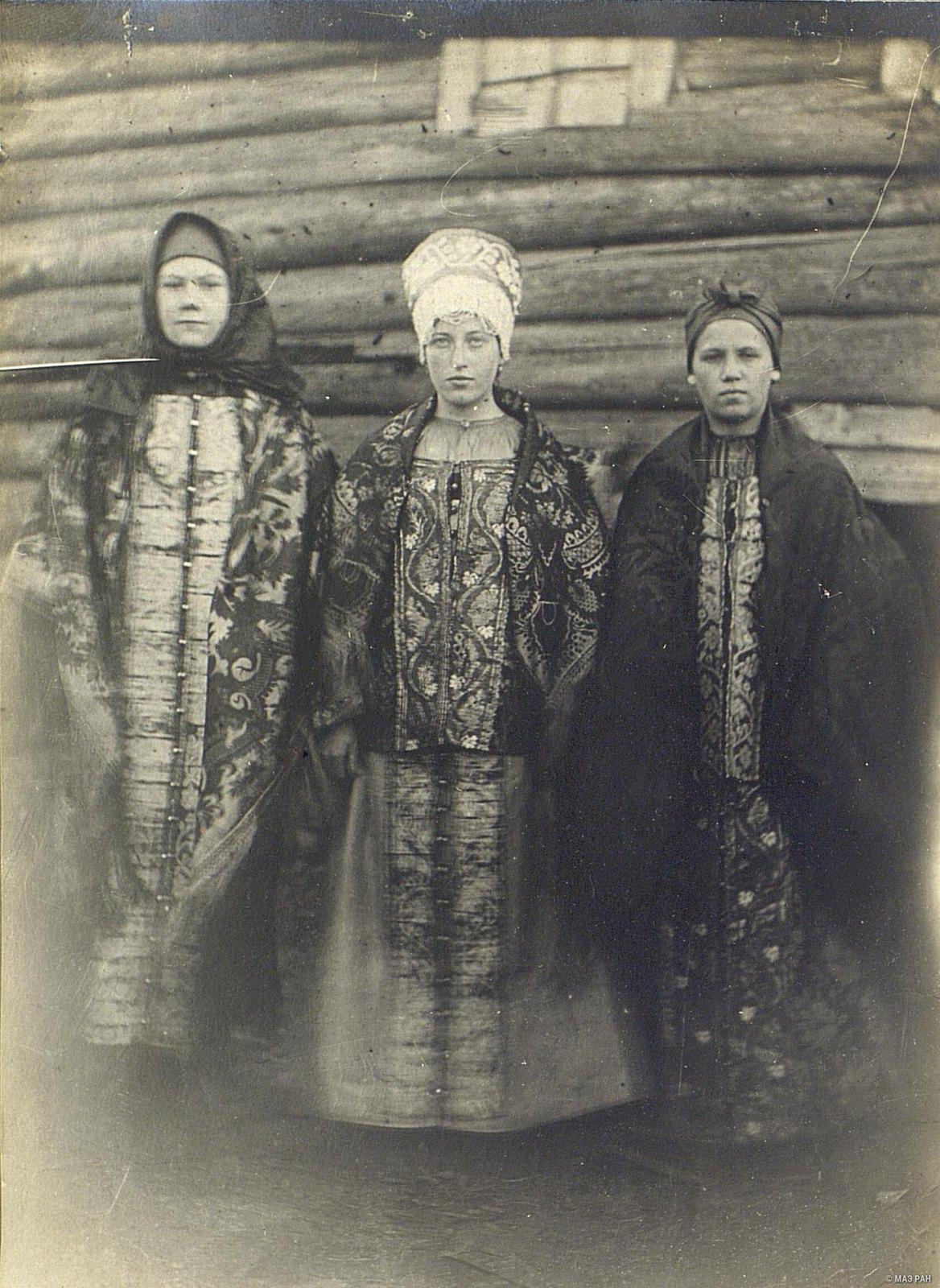 Девушки-крестьянки в парчовых и штофных костюмах древнего новгородского покроя