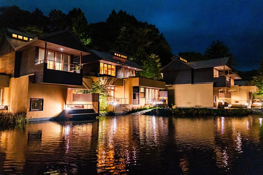 幻想的な水辺の夜景 揺れる水面