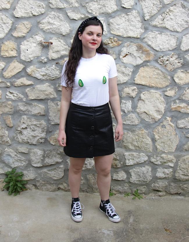 Look t-shirt avocats, jupe simili et Converse