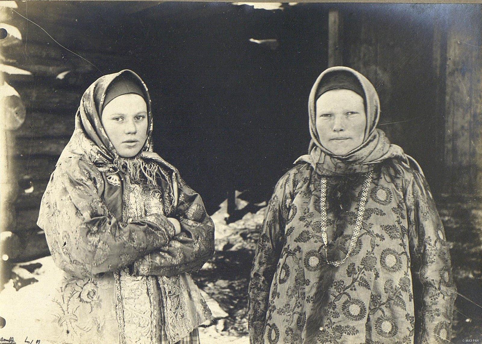 Девушки-крестьянки в возрасте 18-20 лет