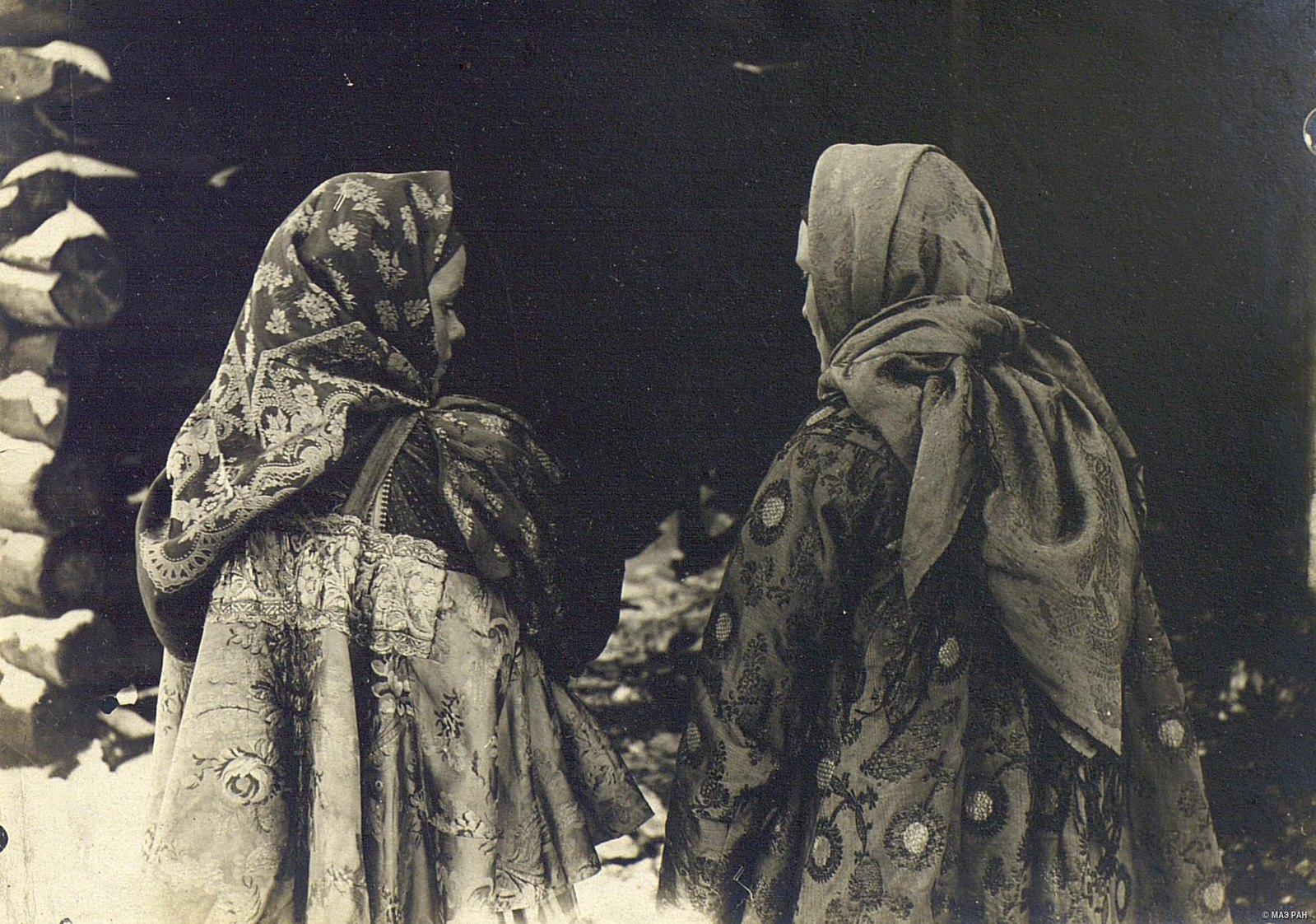 Девушки-крестьянки в возрасте 18-20 лет.
