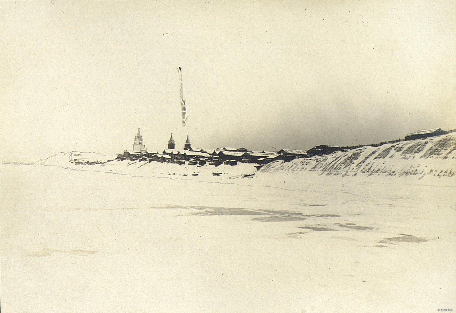 Вид на село Юрома через реку Мезень зимой