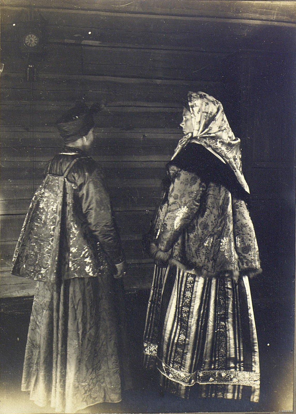 «Молодки» - молодые замужние женщины.