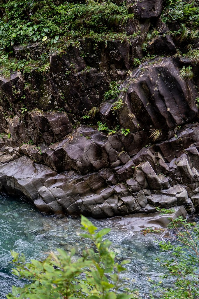柱状節理の壁と清津川