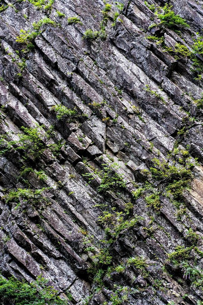 深く斜めに刻まれた模様が特徴的な柱状節理の壁