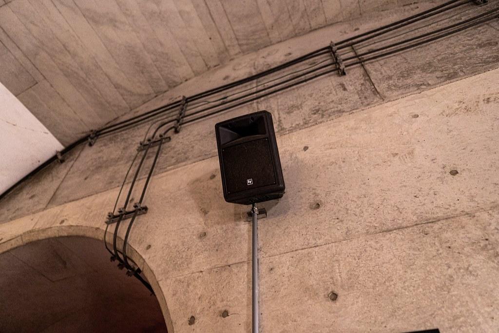 トンネル内にBGMを流すスピーカー
