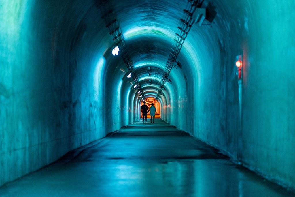 青色に照らされたトンネル内