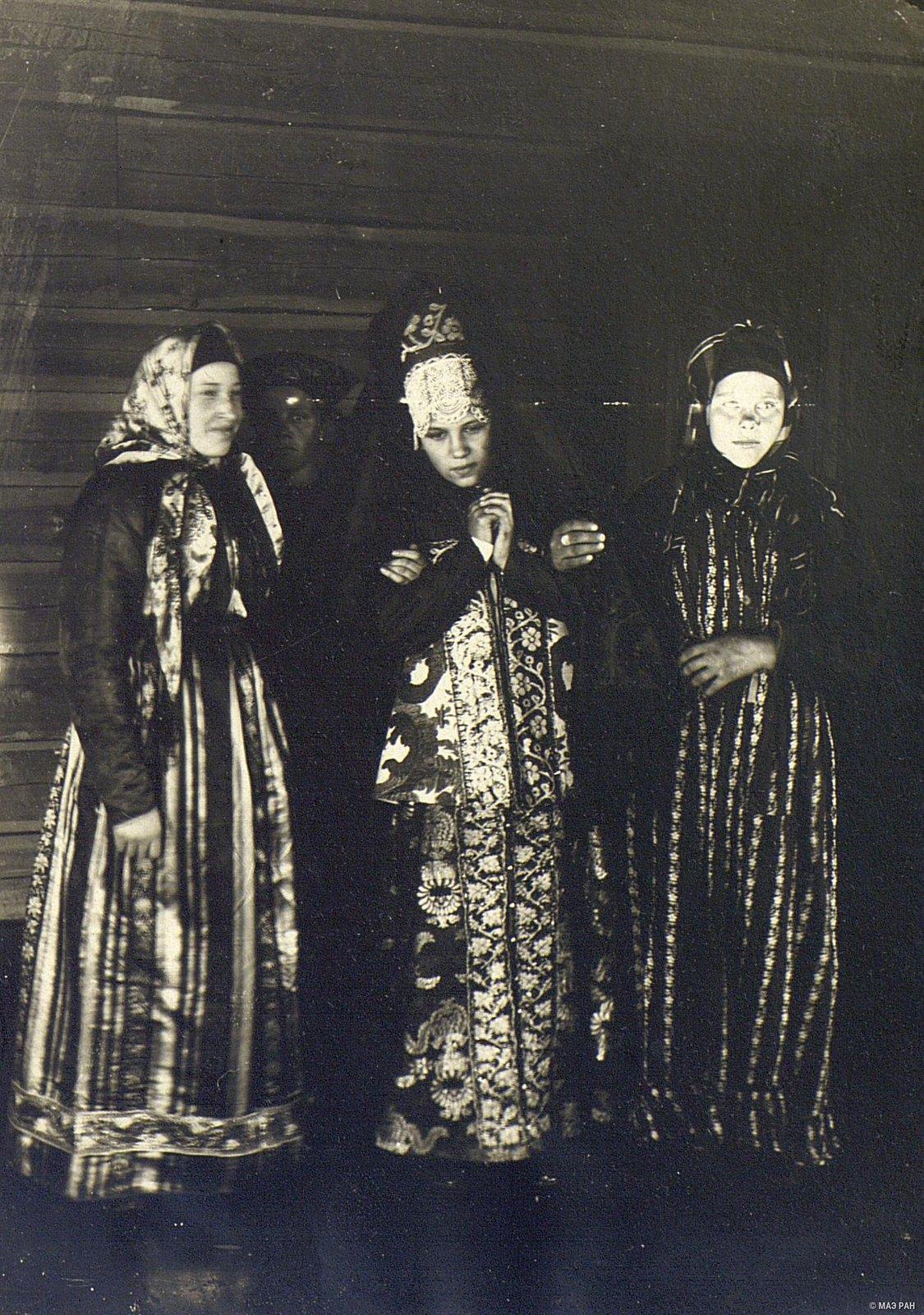 Девушки-крестьянки в парчовых и штофных костюмах древнего новгородского покроя.