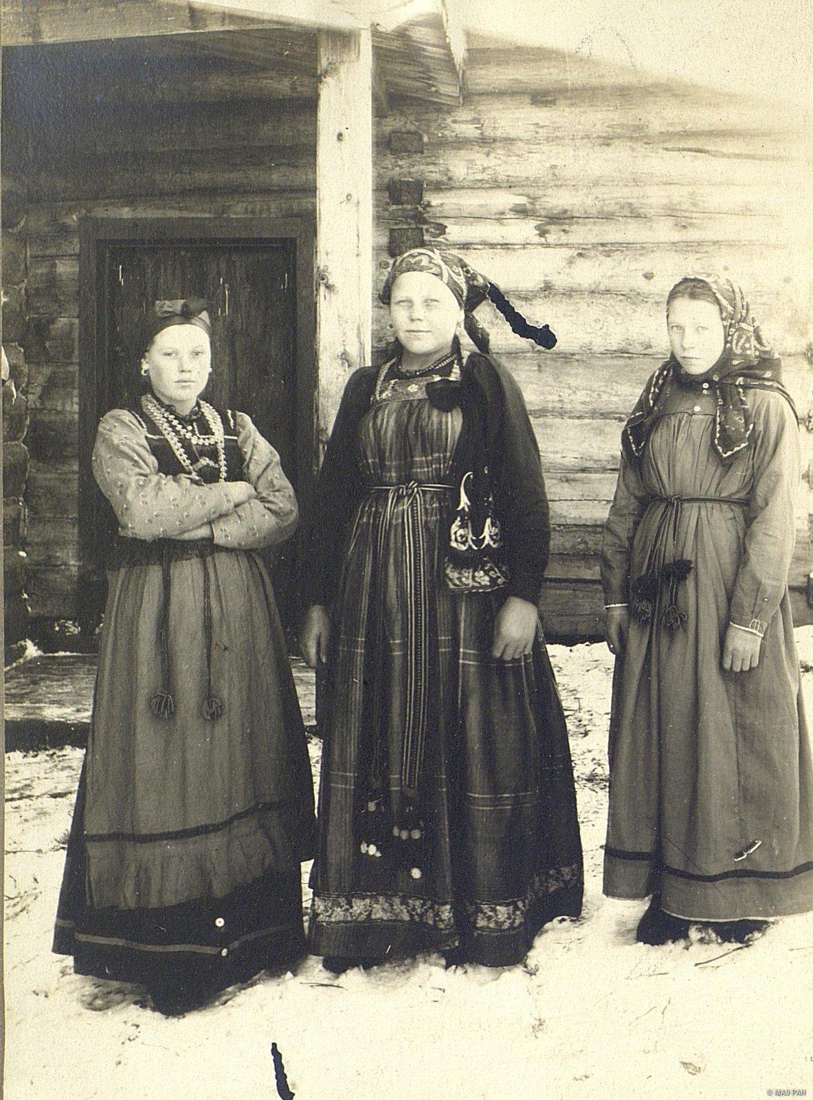 Девушки в воскресных нарядах.