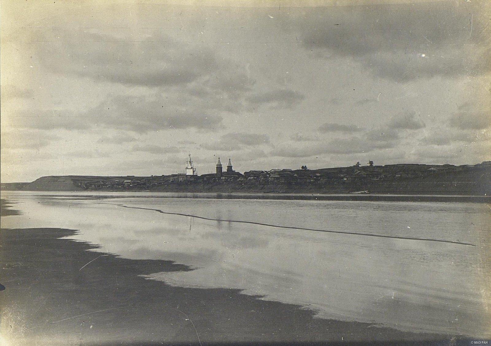 Вид на село Юрома через реку Мезень.