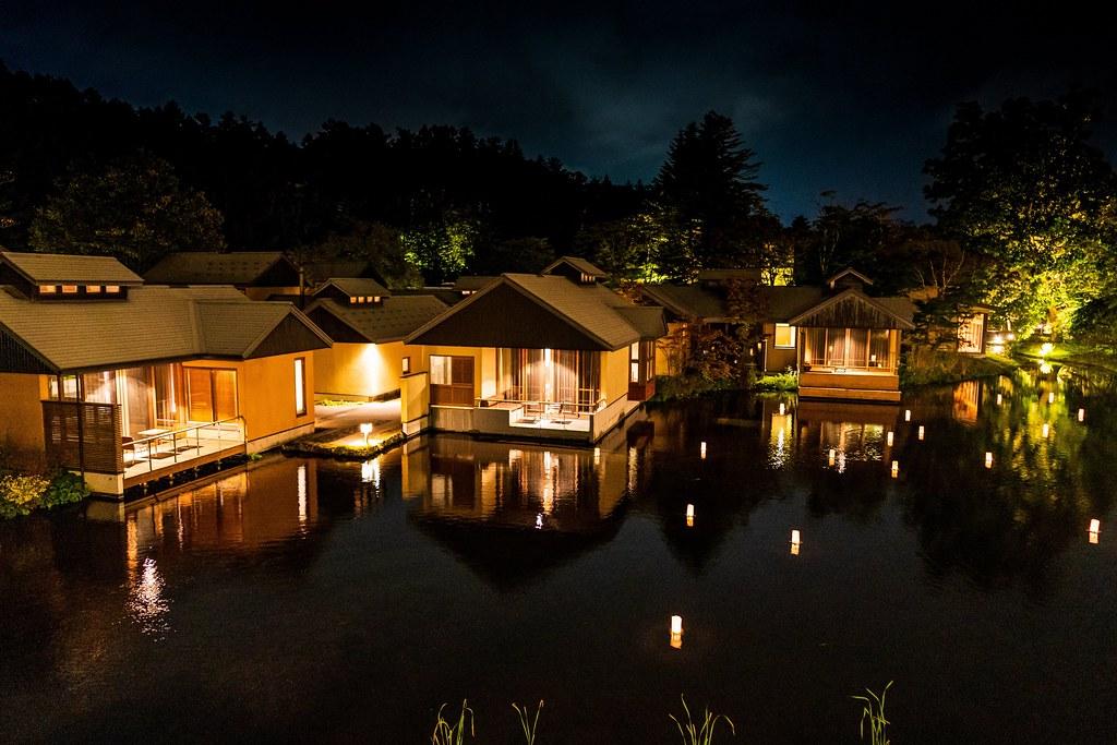 幻想的な水辺の夜景