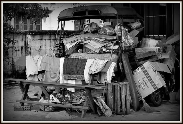 Comment dire......c'est le bazar..........rue de Savannakhet au Laos